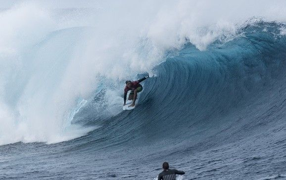 Julian Wilson scores a 9.5 final ride to take the win over C J Hobgood in Round 2 at the Fiji Pro